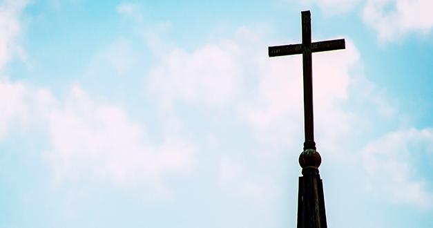 Contemplando la muerte bajo el retrato de la cruz